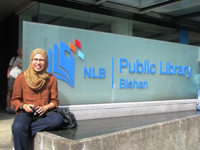 02. Cik Diana dihadapan papan tanda Public Library Bishan.