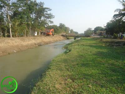 FOTO3 : Pengerukan sungai Ciasem, dusun Gardu. Arah menjauh Bendungan Macan