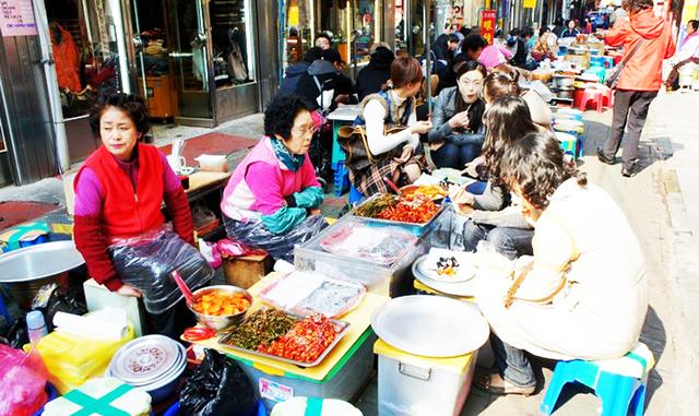 Con hẻm ăn uống Changseondong Meokja Golmok Busan