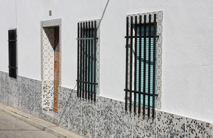 Solienses fachadas de tiras de azulejos y con arcos de for Casa de azulejos cordoba