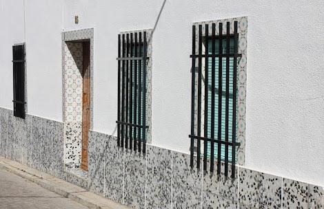 Solienses fachadas de tiras de azulejos y con arcos de descarga al descubierto - Azulejos para fachadas ...