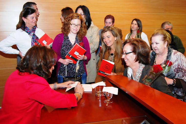 Firma de libros de Mercedes Sophía Ramos, secretaria de ALAS