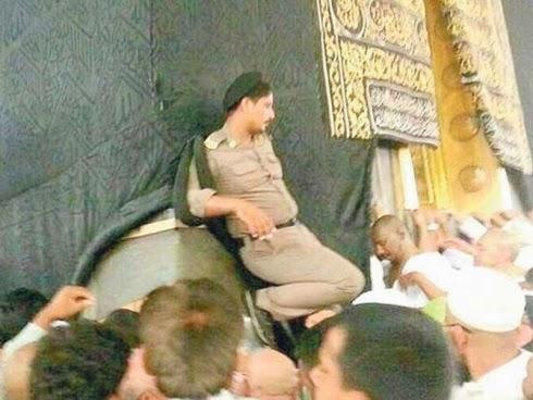 Gambar anggota polis di Hajar Aswad ini mencetuskan kemarahan orang ramai.