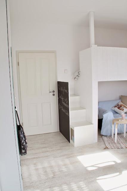 Ansicht Hochbett in Weiß aus Brettern im Beach-Style mit Tafellack-Seite