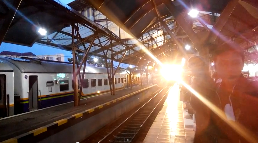 kereta api gajah wong memasuki stasiun tugu yogyakarta