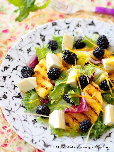 letnie salatki , ananas z grilla , grill , sałata z owocami i białym serem , lunch , przekąska , talerz pełen witamin