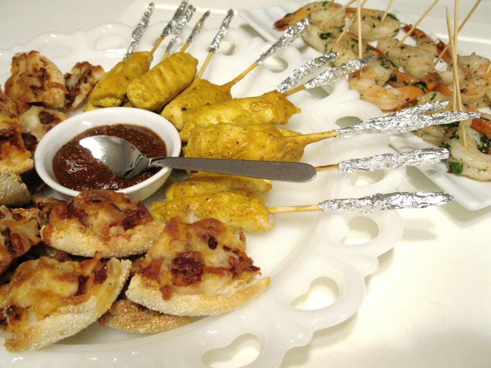 Petites pizzas au bacon et fromage et assiettes de for Hors d oeuvre avec saumon fume