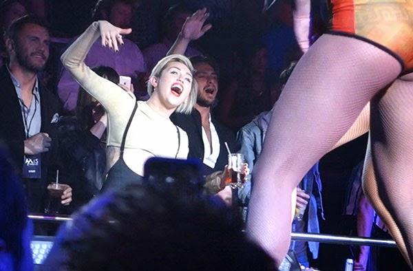 Miley Cyrus besando a una mujer