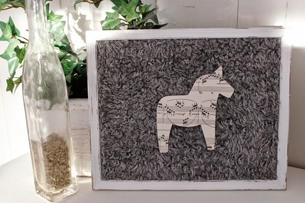 dalahäst dalahorse hästtavla tavla notpapper fårull fårskinn häst nött slitet vitt shabby chic vintage lantligt unik
