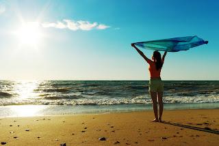 meitenes pludmalē