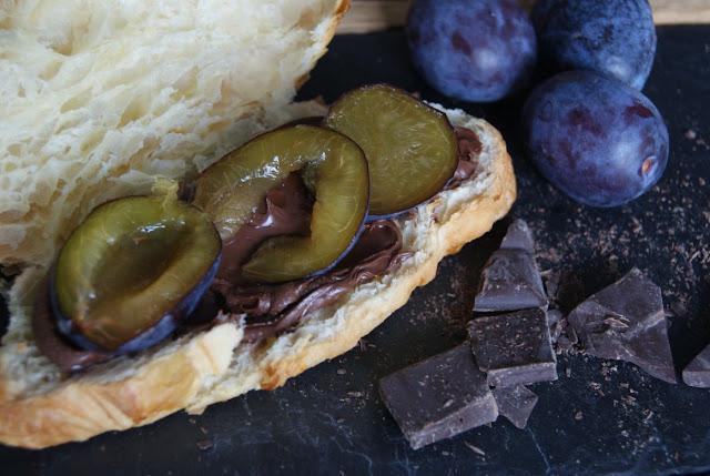 Przekąsak dla dzieci, słodki rogal z czekolada, rogaliki ze śliwką i czekolada, słodka przekąska na szybko, słodkie rogaliki, rogaliki francuskie, drugie śniadanie, śniadanie mistrzów, przepis na jesień, ze śliwkami