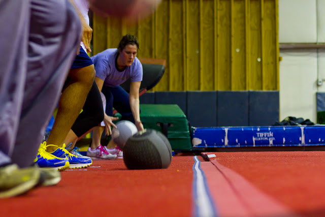 Ćwiczenie z piłką, rzuć nią o ziemię, wyżyj się!
