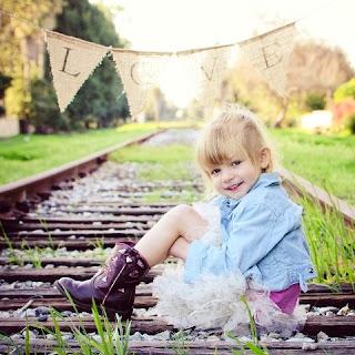 Foto Gambar Anak Perempuan Cantik di Jalan Kereta Api
