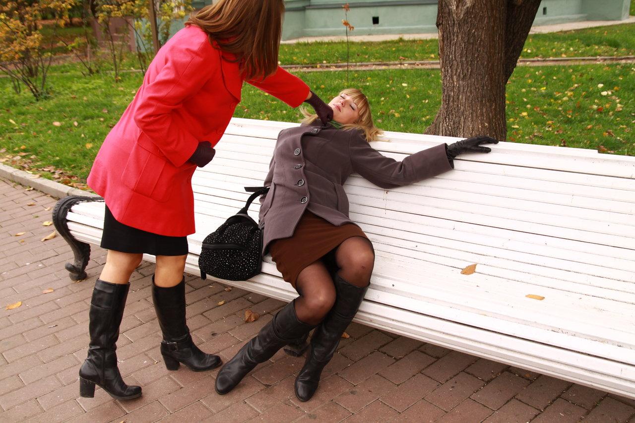 Девушку в чулках выебали на улице