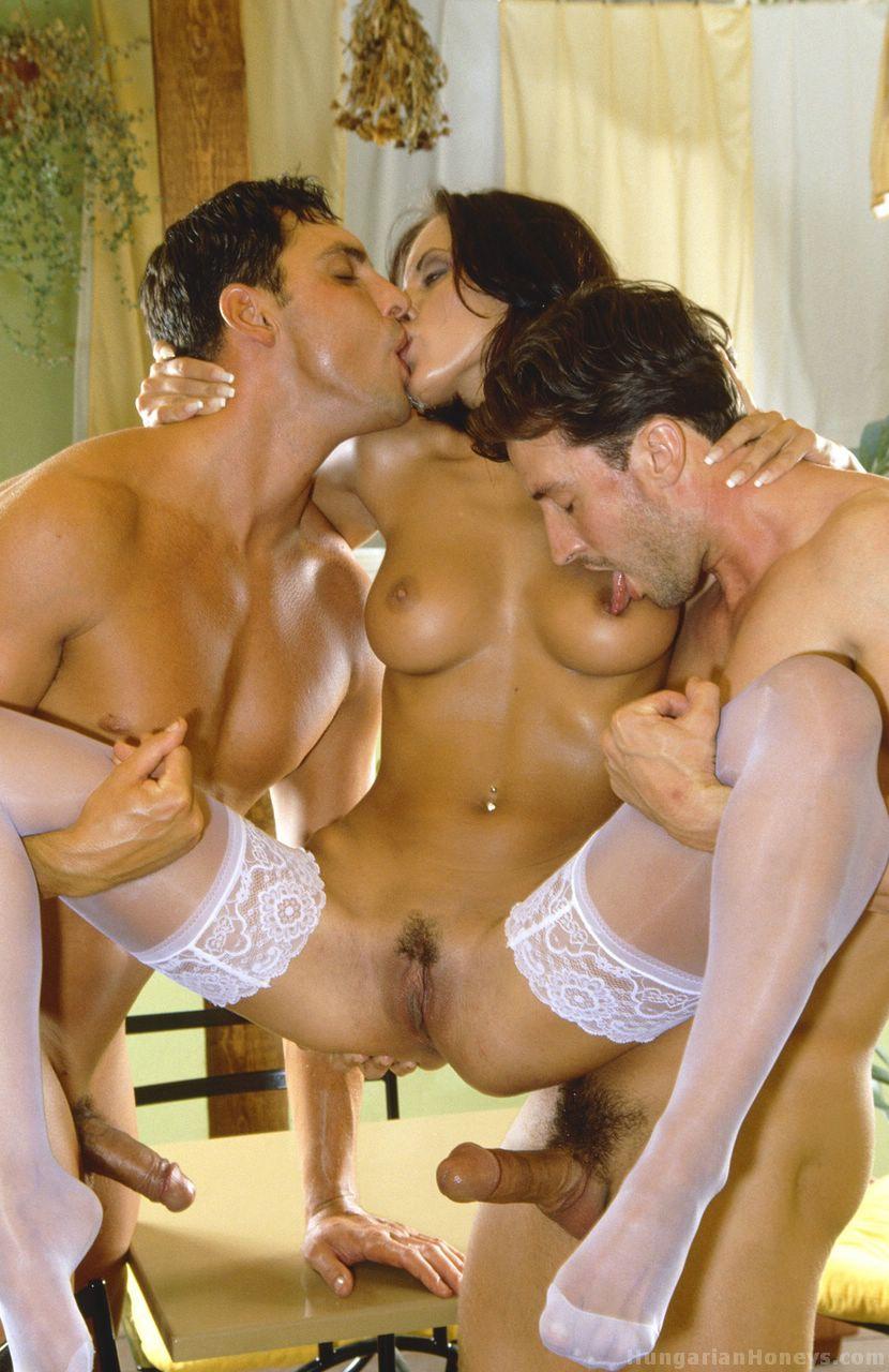 girls fucking threesome