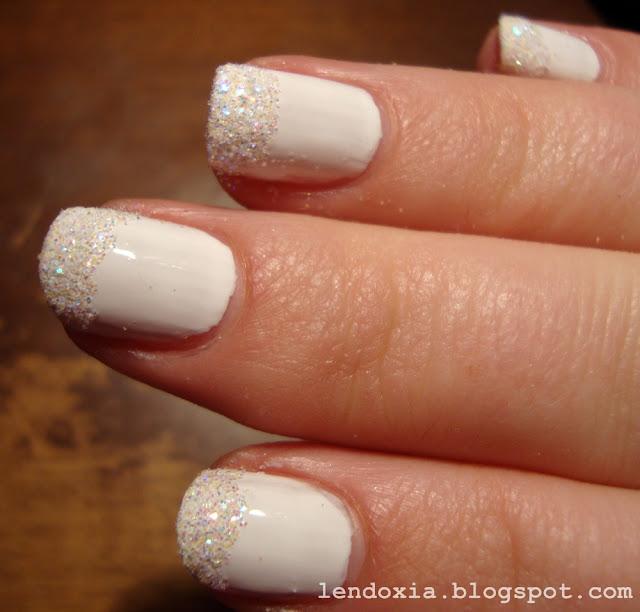 bijeli glitter samo na vrhovima noktiju