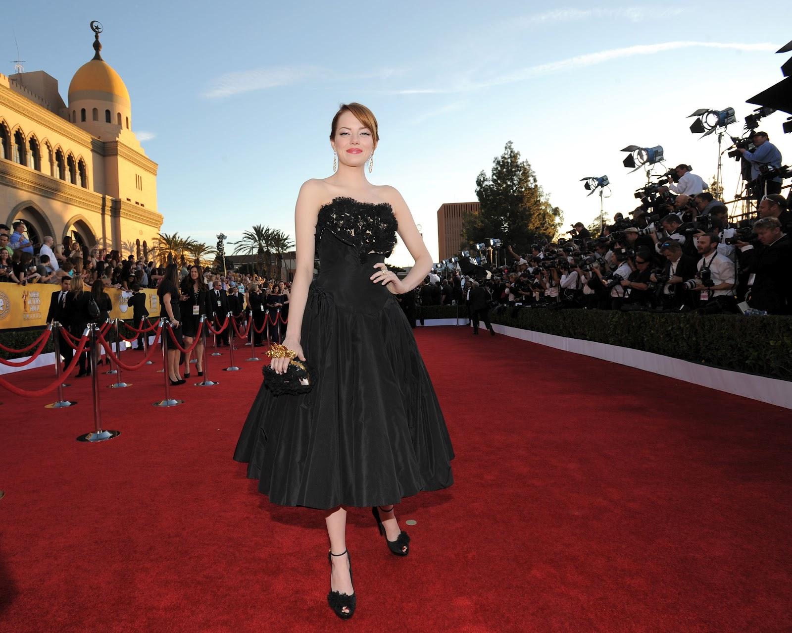 http://4.bp.blogspot.com/-jMFs-TphJY0/T_K4hXVwZDI/AAAAAAAAJt8/8uaS0RdEqzM/s1600/Emma+Stone+black+dress+red+carpet+Spider-Man+fashion.jpg