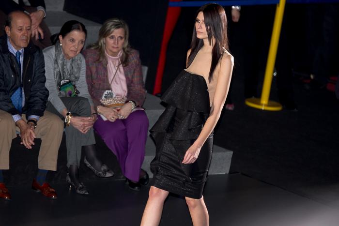 Vestido corto con volantes en el frontal negro colección N.E.O. Juana Martín Madris fashion week