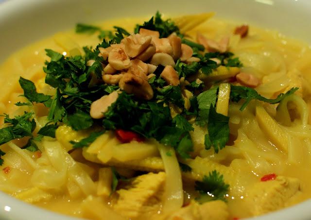 Thajska kuracia polievka s ryžovými rezancami/Thai chicken noodle soup