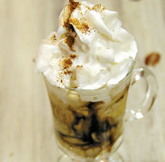 Café com sorvete e chantilly