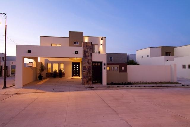 Fachadas de casas modernas lujosa fachada contempor nea y - Decoracion de cocheras modernas ...