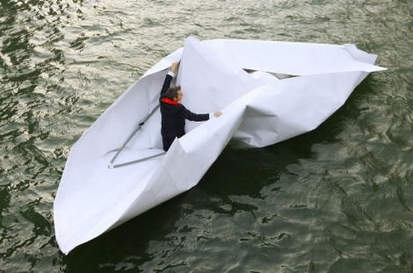Foto Kapal Kertas Origami Raksasa