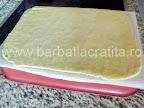 Prajitura cu miere, crema si gem Preparare reteta foi - foaia pusa pe dosul tavii