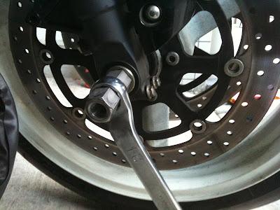 GSX-R1000のフロントタイヤ脱着工具