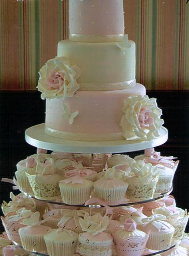 the cake zone sweet battle continues cupcakes vs wedding cake. Black Bedroom Furniture Sets. Home Design Ideas