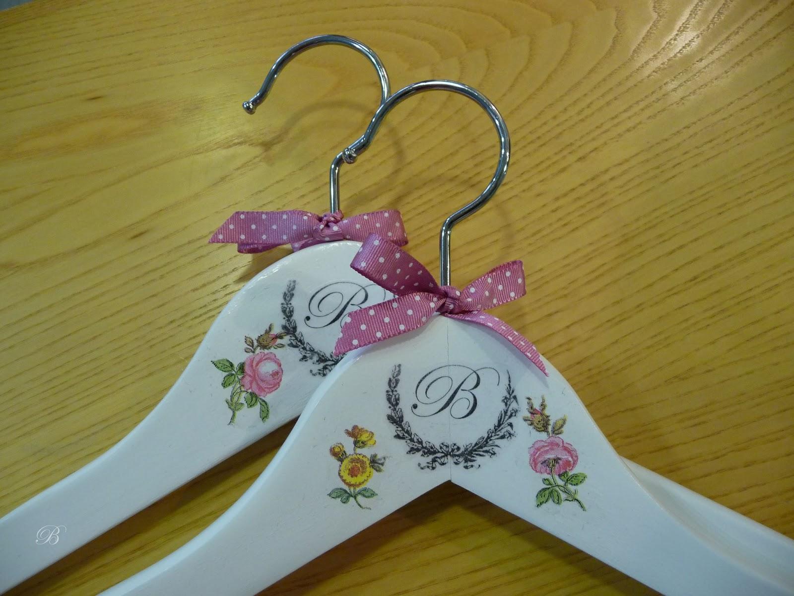 Las manualidades de blanca perchas decoradas - Perchas de madera blancas ...