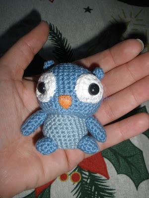 Un pequeño buho hecho a crochet con DMC natura en azul