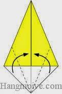 Bước 3: Gấp chéo hai cạnh giấy vào trong.