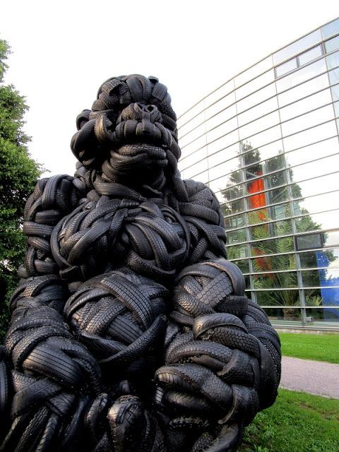 Viikissä istuu viisimetrinen gorilla. Kaikki on mahdollista
