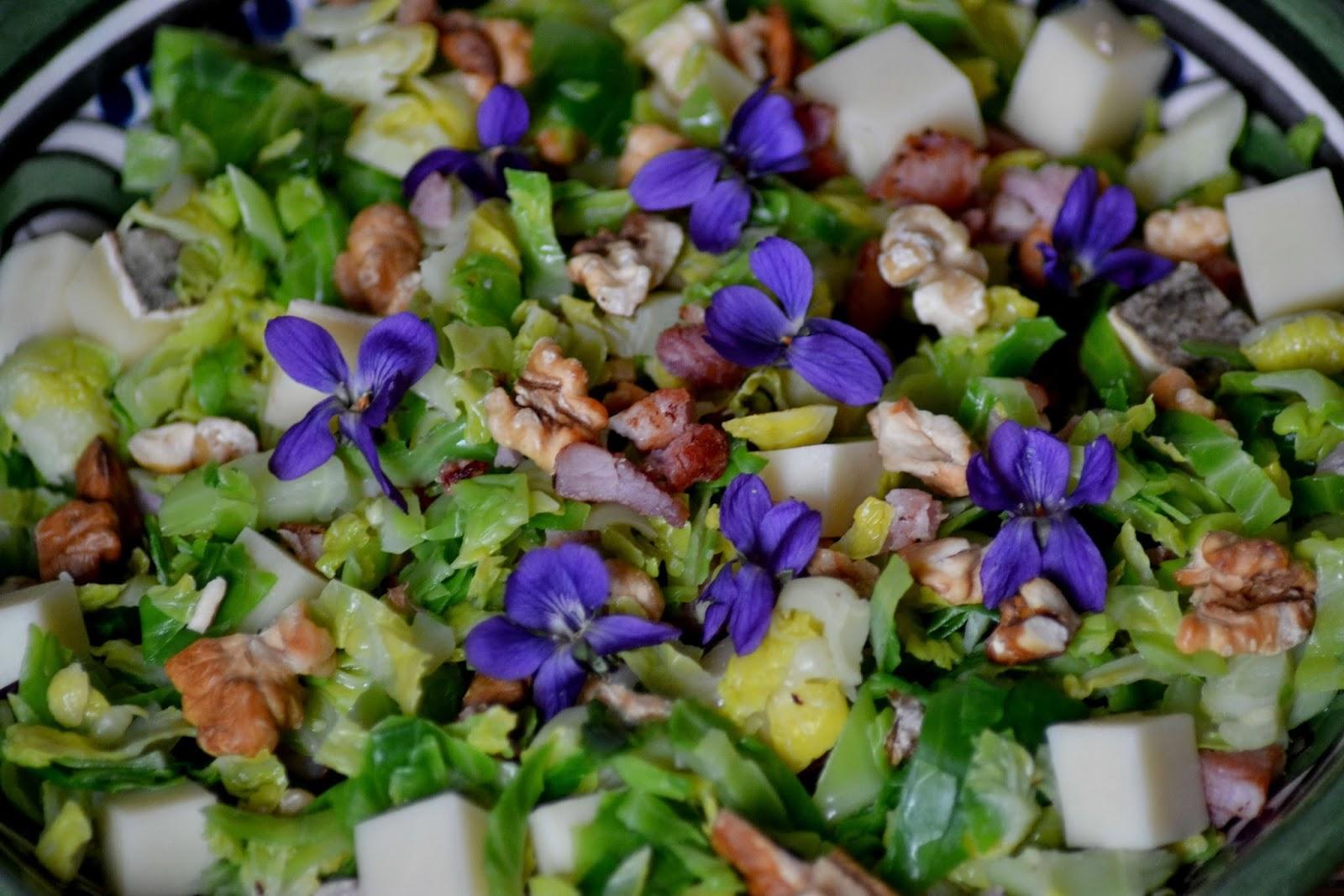 Spruitjessalade met eetbare bloemen