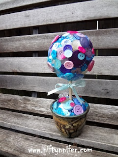http://www.niftynnifer.com/2015/09/motherdaughter-button-topiary.html #Buttons #Topiary #Craft