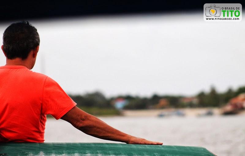 Homem olha para o porto de Algodoal na chegada da travessia através da  baía de Marapanim
