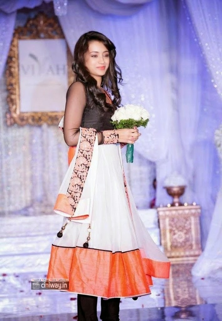 Trisha-Walks-the-Ramp-at-Vivah-Wedding-Show-Toronto