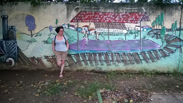 Carina Pedro em frente ao Mural da Parada do Cardoso - Belo Horizonte / MG