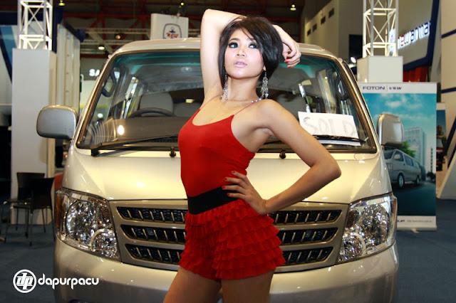 Foto Hot Dan Seksi SPG di Mobil Mewah