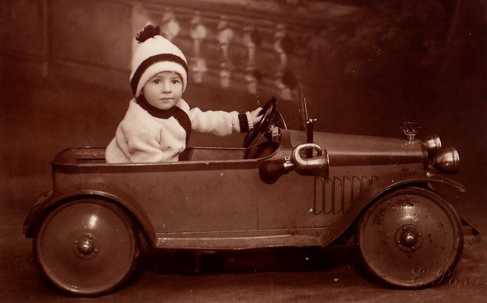 Copil cu masinuta la fotograf