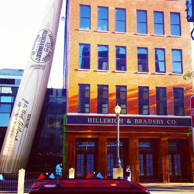 worlds largest baseball bat in Louisville Kentucky