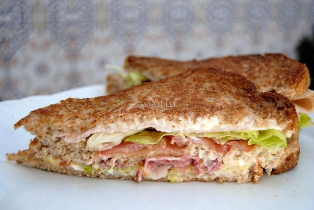 Sándwich casero con jamón cocido, bacón crujiente y queso suizo