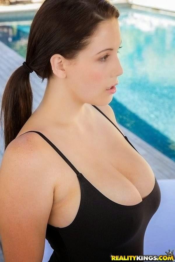 Noelle Easton: La actriz porno de las tetas grandes. Chicas guapas 1x2.