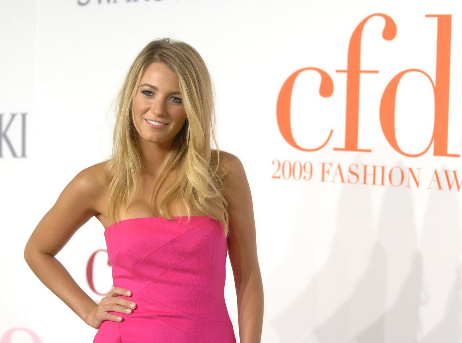 http://4.bp.blogspot.com/-jRMV5iG1VFQ/TgYY_W9-lqI/AAAAAAAACUU/WytLibxjDew/s1600/Blake_Lively_hot_pink_beauty.jpg