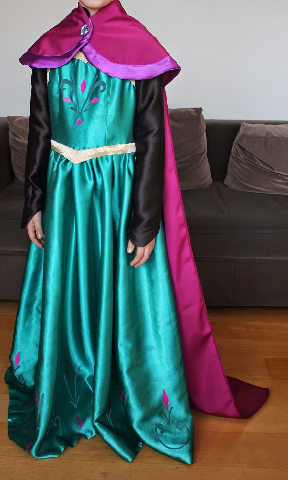 pour aller avec la robe du couronnement il faut absolument la cape qui traine et quelsa jette
