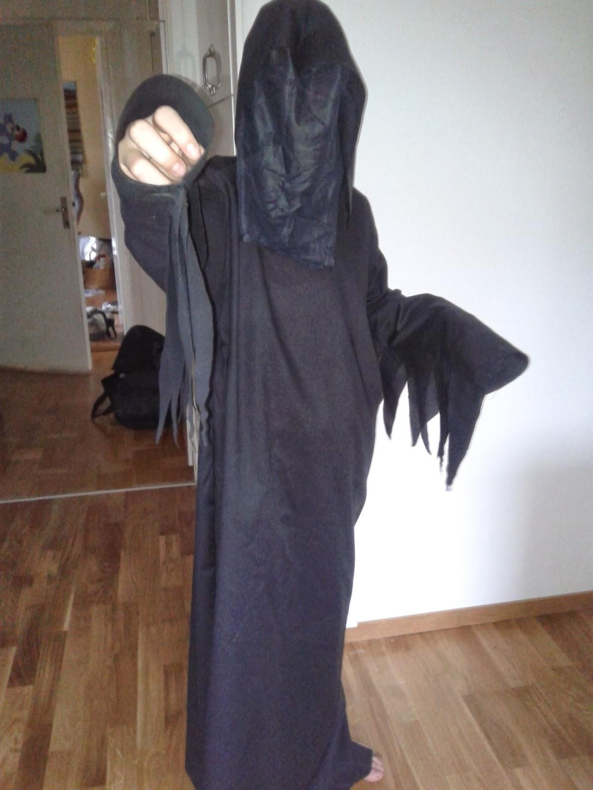 I helgen sydde jag en dräkt åt Martin som vill vara liemannen på  halloweenfesten på skolan på fredag. Det är inte lätt att fota denna svarta  figur. 3a9ae4e7edaa8