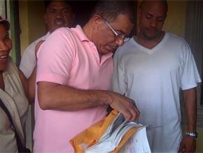 Jorge Frías reparte dinero y comestibles para la cena de Nochebuena