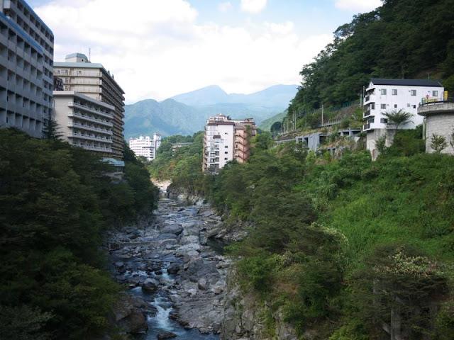 川の両岸にホテル