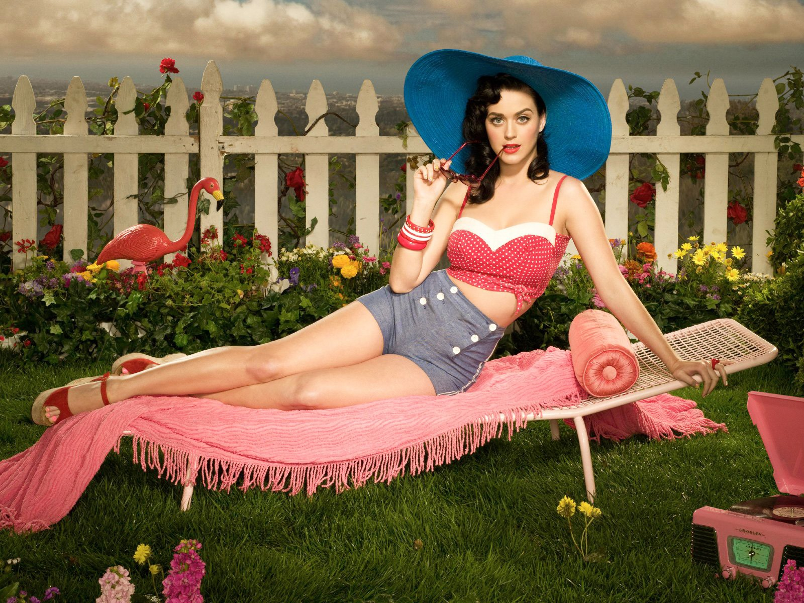 http://4.bp.blogspot.com/-jT0taXJVfxk/TeW1RzUScCI/AAAAAAAACb8/V8ckNBq8cC4/s1600/un-wallpaper-di-katy-perry-in-stile-pin-up-anni-30-40-125388.jpg