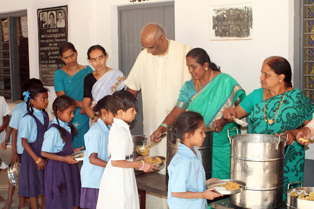 Madhu Pandit Dasa serving food